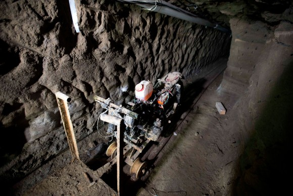 Zdjęcie z tunelu wyposażonego w tory i przerobiony motocykl