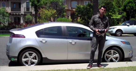 Samy Kamkar prezentuje działanie swojego urządzenia na samochodzie kolegi