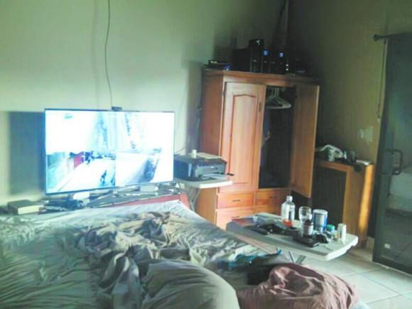 Pokój w rezydencji Glenna z podglądem monitoringu