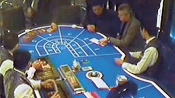 Sprawcy przy stole w kasynie
