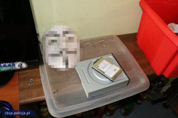 """Pocket wyposażony w profesjonalny zestaw maskujący """"Anonymous"""""""